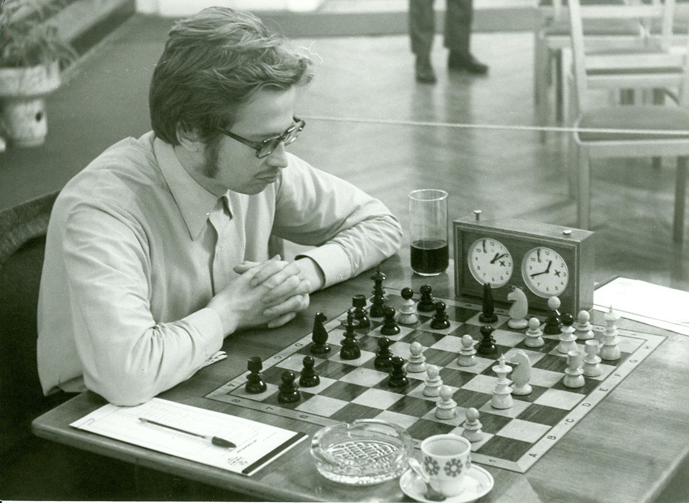 Sakkozó férfi