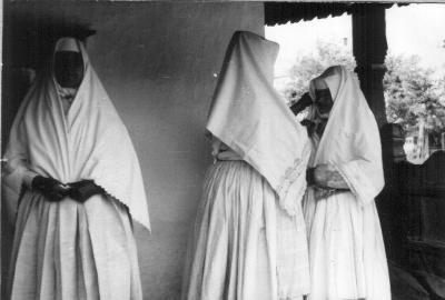 Fehér gyászba öltözött csökölyi asszonyok. Rekonstrukció.
