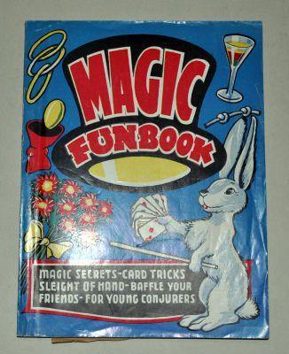 Magic Funbook, Magic Secrets-Card Tricks, Sleight of Hand- Baffle your Friends for group conjuras