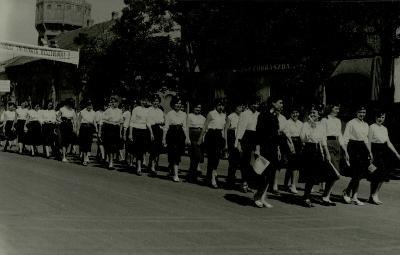 felvonuló diákok