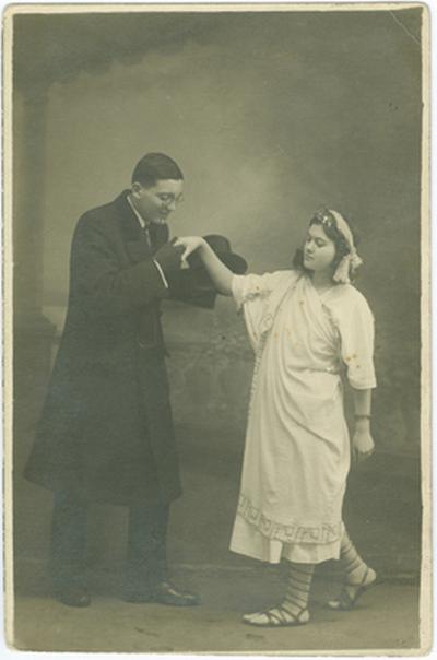 Dienes Kató görög jelmezben Makai Emil Robinzonok című darabjának iskolai előadásán, a felöltős-cilinderes Kovács Imrével